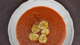 Potage aux tomates et à la banane, épicé au curry et aux baies de Timur