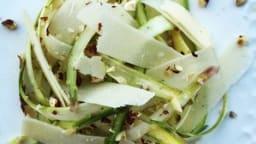 Carpaccio d'asperges blanches et vertes, copeaux de parmesan et noisettes concassées