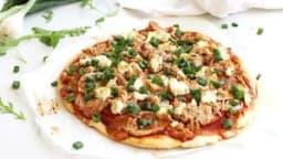 Pizza au thon, chèvre, oignon nouveau et tomate