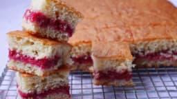 Gâteau au yaourt moelleux et confiture framboises