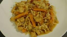 Wok de poulet mariné aux carottes, soja et gingembre