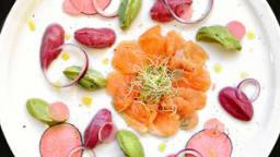 Gravlax de saumon / betterave, avocat & pickles de radis