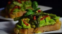 Toast printanier aux asperges vertes, fèves et avocat