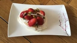 Pavlovas fraises et pistaches caramélisées