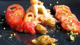 Parfums d'arbres: Fleurs de robinier en beignets, glace vanille aux baies roses, tomates et fraises