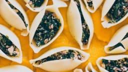 Conchiglioni farcis aux épinards et tofu fumé, sauce a la carotte