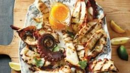Fruits de mer grillés, sauce à l'ail et aux herbes
