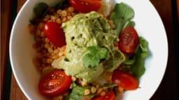 Lentilles corail en salade, crème d'avocat au pesto