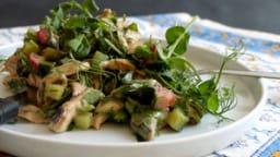 Salade d'été au poulet, légumes croquants et herbes fraiches
