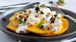 Salade de mangue à la burrata, noisettes grillées et pesto de menthe