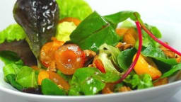 Salade aux mirabelles et noix