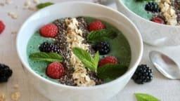 Smoothie bowl à la spiruline, banane et lait de chanvre