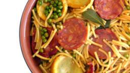 Fideos au chorizo, petits pois et artichauts