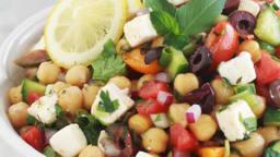 Salade de pois chiches au concombre, tomates, feta, olives