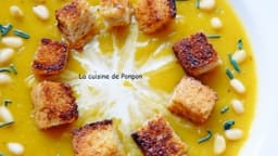 Potage au butternut et carottes garni de croûtons, pignons et spiruline