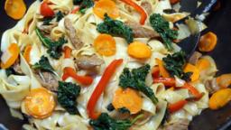 Nouilles de riz sautées au boeuf et au chou kale