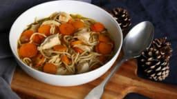 Bouillon de poulet carotte et nouilles pour utiliser les restes de volaille