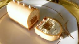 Mini bûches, mousse vanille, insert poire, biscuit noisette et glaçage au caramel