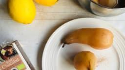 Poires pochées au miel et aux épices