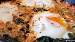 Épinards aux œufs et à la sauce tomates