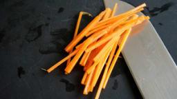 Tailler une julienne de carotte