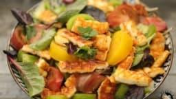 Salade d'halloumi grillé aux tomates anciennes