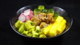 Poke bowl au poulet caramélisé et à la mangue