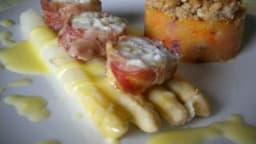 Filet de lotte en croûte de pancetta, asperges sauce hollandaise