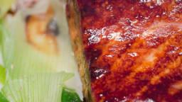 Saumon sauce teriyaki et oignons nouveaux