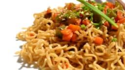 Nouilles asiatiques aux légumes, pousses d'ail et gomasio