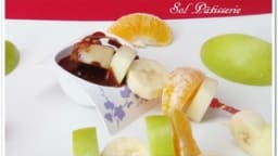 Brochette de fruits et sauce au chocolat