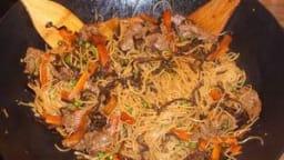 Nouilles sautées au bœuf et champignons noirs