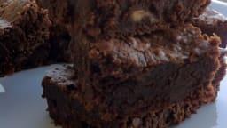 Brownies au chocolat, noisettes et pépites de chocolat