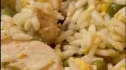 Riz frit au poulet et au petit pois