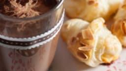 Chocolat chaud et mini croissants aux amandes