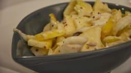Salade d'endives aux pommes, chèvre, raisins secs et vinaigrette au miel