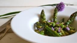 Salade d'asperges vertes poêlées à l'ail et au basilic
