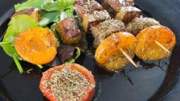 Brochettes de canard aux abricots, sauce miel et romarin