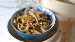Nouilles somen sautées aux poireaux, pousses de soja et cacahuètes