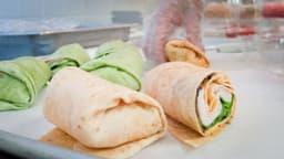 Wrap de laitue au poulet et légumes