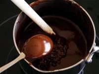 Tablage du chocolat noir au bain marie
