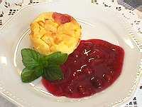 Clafoutis de pêches à la cardamome et coulis de fruits rouges