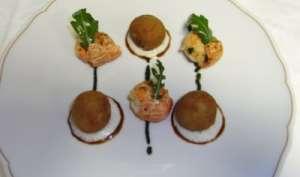 Langoustines rôties au piment d'Espelette, croustillant de tête de veau aux feuilles de roquette
