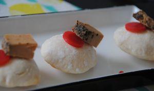 Pains soufflés à la bière, foie gras au poivre noir et gelée de fraises