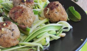 Boulettes de porc menthe/noisette et ses tagliatelles de courgette et d'asperge