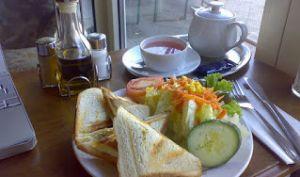 Sandwich tramezzini au saumon fumé, mayonnaise, roquette, olives (Italie