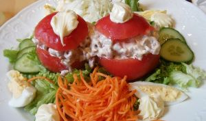 Tomates farcies au surimi, oeufs durs, fromage, sauce mayonnaise