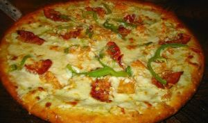 Pizza au poulet, oignons frits, mozzarella, curry (Italie)