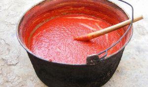 Sauce tomate, passata aux tomates fraîches, anchois, origan (Italie)