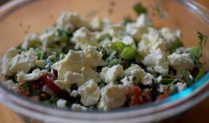 Salade au quinoa, tomates, feta, noix et fines herbes (Amérique du Sud)